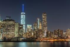 fäll ned manhattan horisont Skyskrapor på natten Fotografering för Bildbyråer