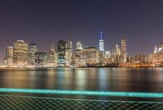 fäll ned manhattan horisont Skyskrapor på natten Royaltyfri Fotografi