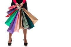 Fäll ned närbilden, påsar för hållande shopping för standngkvinna pappers- och PA Arkivbilder