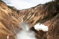 Fäll ned nedgångar i Grand Canyon av Yellowstonet River i den Yellowstone nationalparken i Wyoming USA Royaltyfri Bild