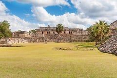 Fäll ned plazaen Kabah Mexico arkivfoto