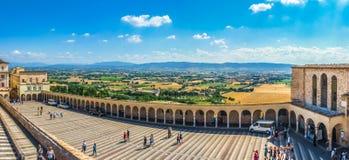 Fäll ned plazaen nära den berömda basilikan St Francis av Assisi, Italien fotografering för bildbyråer