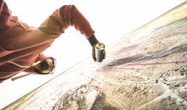 Fäll ned sikten av grafitti för gatakonstnärmålning på den generiska väggen Arkivfoto