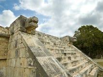 Fäll ned tempelet av jaguar Chichen Itza Royaltyfria Foton