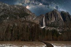 Fäll ned Yosemite Falls med natthimmel för den mjölkaktiga vägen Royaltyfria Foton