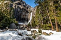 Fäll ned Yosemite Falls på lång exponering för vintern - den Yosemite nationalparken, Kalifornien, USA Arkivfoto