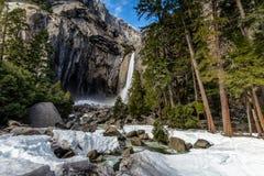 Fäll ned Yosemite Falls på lång exponering för vintern - den Yosemite nationalparken, Kalifornien, USA Royaltyfri Foto