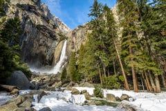 Fäll ned Yosemite Falls på vintern - den Yosemite nationalparken, Kalifornien, USA Arkivfoto