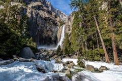 Fäll ned Yosemite Falls på vintern - den Yosemite nationalparken, Kalifornien, USA Fotografering för Bildbyråer