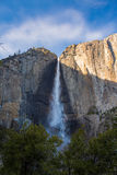 Fäll ned Yosemite Falls, USA Arkivfoton