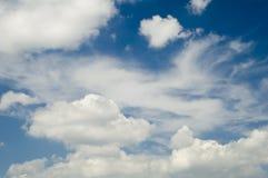 fälla ned skyen Arkivbilder