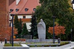 Fäller ned den 23rd monumentet Wroclaw Ostrow Tumski för påven John The Silesia fotografering för bildbyråer