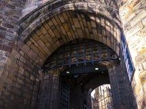 Fällgallret av den Lancaster slotten och det tidigare fängelset i England är i mitten av staden arkivbilder