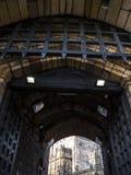 Fällgallret av den Lancaster slotten och det tidigare fängelset i England är i mitten av staden royaltyfri bild
