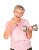 Fällige ältere Dame, die Diät oder Übung wählt Lizenzfreie Stockbilder