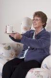 Fällige ältere Frauen-unterhaltentrinkender Kaffee Stockfotos
