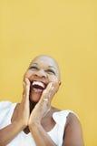Fällige afrikanische Frau, die für Freude lächelt Lizenzfreie Stockfotos