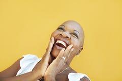 Fällige afrikanische Frau, die für Freude lächelt Lizenzfreie Stockbilder
