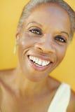 Fällige afrikanische Frau, die für Freude lächelt Stockbild