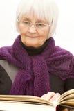 Fällige alte Frau, die ein Buch liest lizenzfreie stockfotos