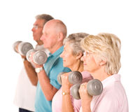 Fällige anhebende Gewichte der älteren Leute Stockfotos
