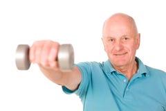 Fällige anhebende Gewichte des älteren Mannes Stockbild