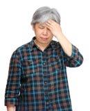 Fällige asiatische Frau mit Kopfschmerzen Lizenzfreie Stockbilder