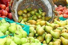 Fällige Birnen im Lebensmittelgeschäft Lizenzfreies Stockfoto
