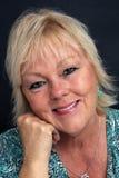 Fällige blonde Frau, Headshot Lizenzfreie Stockbilder