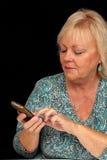 Fällige blonde Frau mit Handy (2) Lizenzfreie Stockfotografie