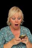 Fällige blonde Frau mit Handy (3) Stockfotografie