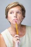 Fällige erwägende Frau Stockfoto