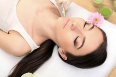 Fällige Frau über Weiß Schönheitsgesicht, das Schönheitseinspritzungen erhält lizenzfreies stockfoto
