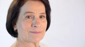 Fällige Frau auf Schwarzem stock video footage