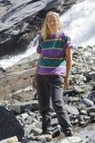 Fällige Frau an den Bogengletscherfällen stockfotografie