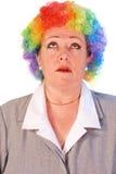 Fällige Frau in der Clownperücke Stockfotografie
