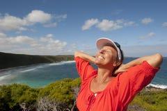 Fällige Frau, die an der Küste glücklich sich fühlt lizenzfreies stockfoto