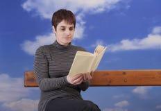 Fällige Frau, die ein Buch liest Stockfotos