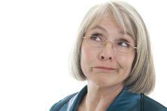 Fällige Frau, die ein Gesicht bildet Lizenzfreie Stockfotografie