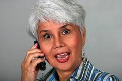 Fällige Frau, die einen Handy verwendet stockfotografie