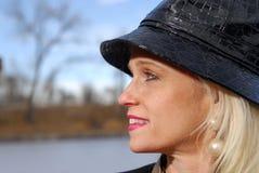 Fällige Frau, die einen Wintertag genießt Lizenzfreie Stockbilder