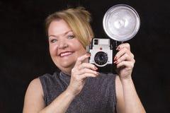 Fällige Frau, die Fotos macht. Lizenzfreies Stockbild