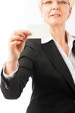 Fällige Frau, die ihre Visitenkarte zeigt Lizenzfreie Stockfotografie