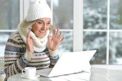 Fällige Frau, die Laptop verwendet Stockfoto