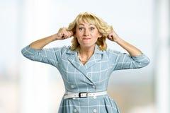 Fällige Frau, die lustiges Gesicht bildet Stockbilder