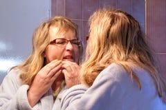 Fällige Frau, die Pimple zusammendrückt Lizenzfreies Stockfoto