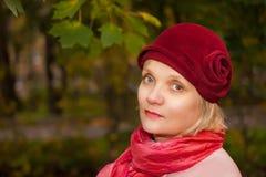Fällige Frau, die Retro- geglaubten Hut trägt Lizenzfreies Stockbild