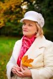 Fällige Frau, die Retro- geglaubten Hut trägt Lizenzfreie Stockfotografie