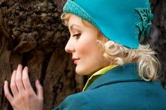 Fällige Frau, die Retro- geglaubten Hut trägt lizenzfreie stockbilder