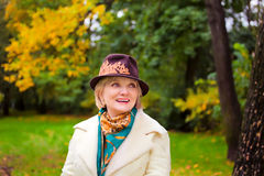 Fällige Frau, die Retro- geglaubten Hut trägt Stockfoto